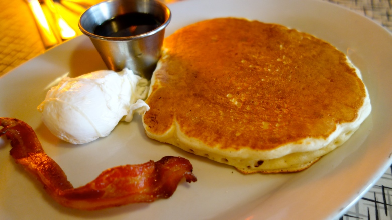 Pancake, poached egg and bacon